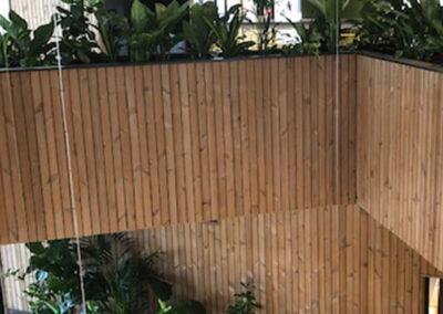 Overzichtsfoto Maatwerkbakken met houten wand met mixbeplanting