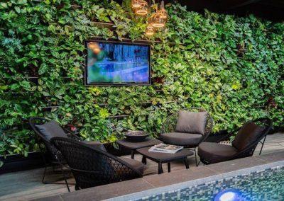 Groene plantenwand met tv ingebouwd